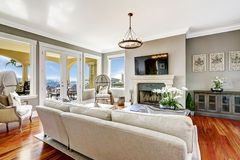 Eindrucksvoller Wohnzimmerinnenraum im Luxushaus Stockfotografie