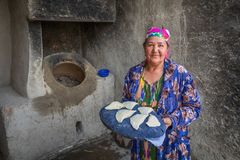 Eine ältere Frau bereitet vor sich, das samsa zum tandoor herein zu setzen lizenzfreies stockbild