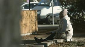 Eine ältere Frau bittet um Almosen stock video footage