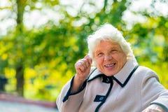 Eine ältere Frau von 80 Jahren Stockfoto