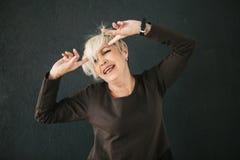 Eine ältere Frau zeigt emotional, dass sie Probleme hat Negative Gefühle Lizenzfreie Stockbilder