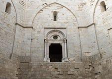 Eine Öffnung zum Haupt- Hof Castel Del Montes auf einem Hügel in Andria in Südost-Italien lizenzfreie stockfotos
