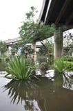 Eine überschwemmte Straße unter einer Brücke in Bangkok, Thailand, im Oktober 2011 Lizenzfreie Stockfotografie