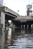 Eine überschwemmte Straße unter einer Brücke in Bangkok, Thailand, im Oktober 2011 Lizenzfreies Stockfoto