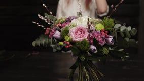 Eine Übersichtszeitlupegesamtlänge eines erstaunlichen Blumenstraußes der Blumen vereinbarte durch einen Florist Blurred-Hintergr stock video