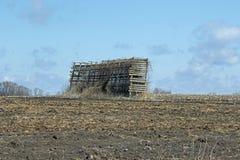 Eine Abandonded-Mais-Krippe auf einem Gebiet Lizenzfreie Stockfotografie