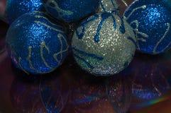 Eine Abbildung einer blauen Blumenverzierung mit Schatten Lizenzfreies Stockfoto