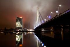 Eine Abendansicht über den Fluss Daugava zu Vansu-Brücke und zu den Swedbank-Hauptsitzen Lizenzfreie Stockbilder
