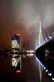 Eine Abendansicht zu Vansu-Brücke und zu den Swedbank-Hauptsitzen Lizenzfreie Stockfotos