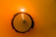 Eine abstrakte Sonnenuhr in einer kugelförmigen Form und das sonnige Glühen Stockfoto