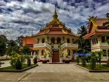 Eine achteckige Tempelstruktur mit einem roten kegelförmigen Dach Das S stockfotografie