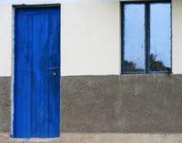 Eine afrikanische Gescheckt-Bachstelze sieht seine Reflexion in einem Fenster stockbilder