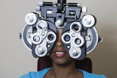 Eine Afroamerikaner-Frau, die ihre Vision überprüfen lässt Lizenzfreies Stockfoto