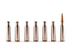 Eine AK Gewehrkugel unter Shells lizenzfreie stockfotos