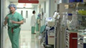 Eine aktive Halle in einem Krankenhaus stock footage