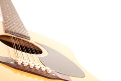 Eine Akustikgitarre mit 12 Zeichenketten auf einem weißen Hintergrund Stockfotos