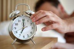 Eine Alarmuhr abstellen Stockfoto
