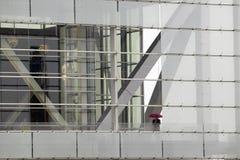 Eine allein Abbildung, die einen Regenschirm anhält Lizenzfreie Stockbilder