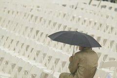 Eine allein Abbildung, die einen Regenschirm anhält Lizenzfreies Stockbild
