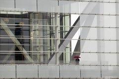 Eine allein Abbildung, die Standplätze eines Regenschirmes auf dem Balkon der Clinton-Präsidentenbibliothek anhält Ehemaliger USp Stockbilder