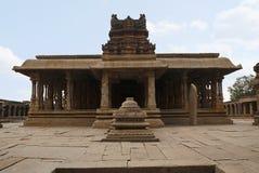 Eine allgemeine Ansicht des Krishna Temple-Komplexes, Hampi, Karnataka Heilige Mitte Die Maha-mandapa und die großen offenen prak lizenzfreies stockbild