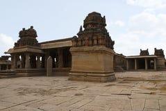 Eine allgemeine Ansicht des Krishna Temple-Komplexes, Hampi, Karnataka Heilige Mitte Die Maha-mandapa und die großen offenen prak stockfoto