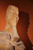 Eine alte ägyptische Skulptur, die eine Pharaomaske zeigt lizenzfreie stockfotos