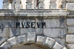 Eine alte Aufschrift im lateinischen Wort für das ` Museum ` Lizenzfreies Stockbild