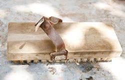 Eine alte Bürste für Reparaturarbeit Stockfoto