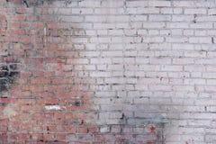 Eine alte Backsteinmauer hergestellt vom Weiß und von den roten Backsteinen Leerer Hintergrund von glatten Reihen von Steinen B Lizenzfreies Stockfoto