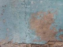 Eine alte Backsteinmauer mit einem verfallenen leicht hellgrünen Gips, empfindliche Innenarchitektur, ein leerer Raum für Text Lizenzfreie Stockbilder