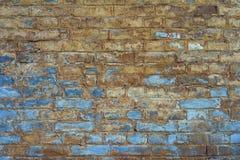 Eine alte Backsteinmauer, verblaßt unter Einfluss des Wassers und des schlechten Wetters: im oberen Teil der Ziegelsteine eine le Stockbilder
