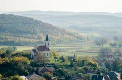 Eine alte barocke Landschaftskirche von oben genanntem - Herbstlandschaftslandschaft lizenzfreies stockbild