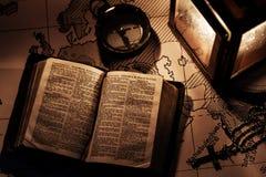 Eine alte Bibel auf einem Holztisch Stockbilder