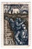 Eine alte blaue französische Briefmarke mit von Soldaten des Ersten Weltkrieges in den Gräben im Kampf von Verdun Stockfoto