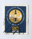 Eine alte blaue Ostdeutsche Briefmarke, die in der internationalen Journalistkonferenz im Jahre 1966 feiert Stockbild