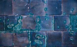 Eine alte blaue veraltete und schädigende Fliesenwand Lizenzfreie Stockfotos