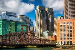 Eine alte Brücke über Fort-Punkt-Kanal und Gebäude in Boston, M Stockbilder