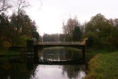 Eine alte Brücke in Pavlovsk, Russland stockfotografie