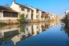 Eine alte chinesische traditionelle Stadt durch das Canal Grande, Suzhou, China Stockbilder