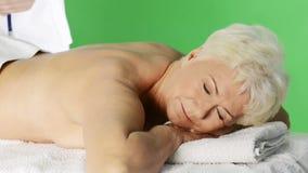 Eine alte Dame, die am Badekurortsalon liegt. stock footage
