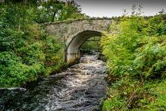 Eine alte einbahnige Brücke Stockbilder