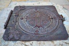 Eine alte Eisenluke auf dem Brunnen Stockfotografie