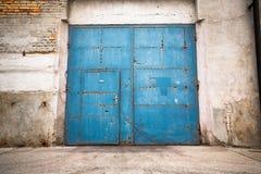 Eine alte Eisentür geschlossen Stockfotos
