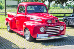 Eine alte erneuerte rote Ford-Weinleseaufnahme in einen Parkplatz Stockfotografie