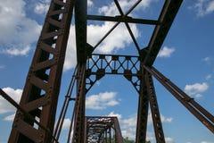 Eine alte Fachwerkbrücke, die oben zum Himmel schaut Stockfotografie