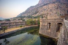 Eine alte Festung in Europa, entlang dem ein Fluss fließt stockbilder