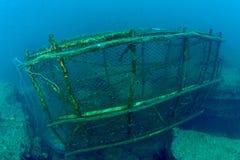 Eine alte Fischfalle liegt auf dem Meeresgrund Stockbild