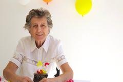 Eine Alte Frau Feiert Ihren Geburtstag Stockbild Bild Von
