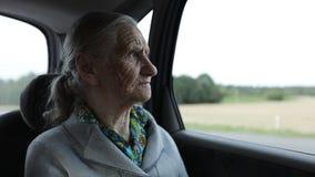 Eine alte Frau mit dem grauen Haar ist traurig stock video footage